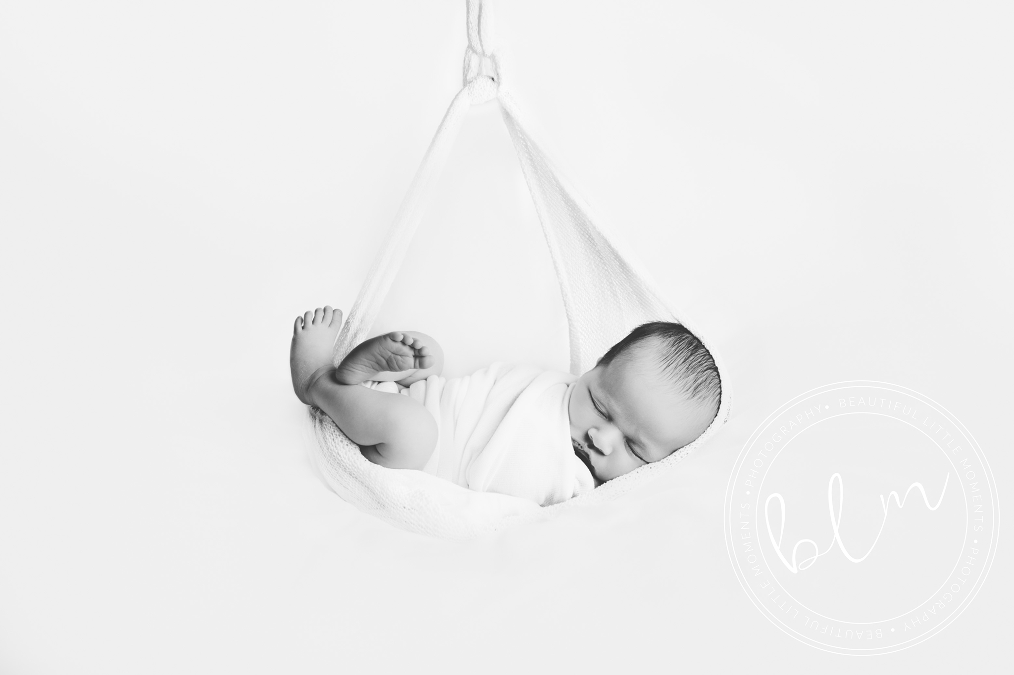 newborn-baby-photo-shoot-epsom-surrey-black-white-hamock